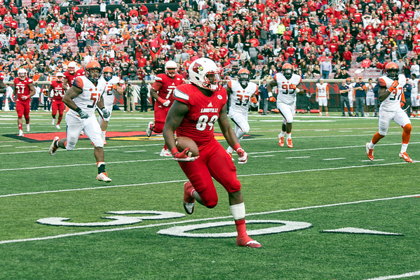 UofL TE Keith Towbridge completes a pass for 32 yards and a first down during the second quarter against Syracuse on Saturday. 11/7/15