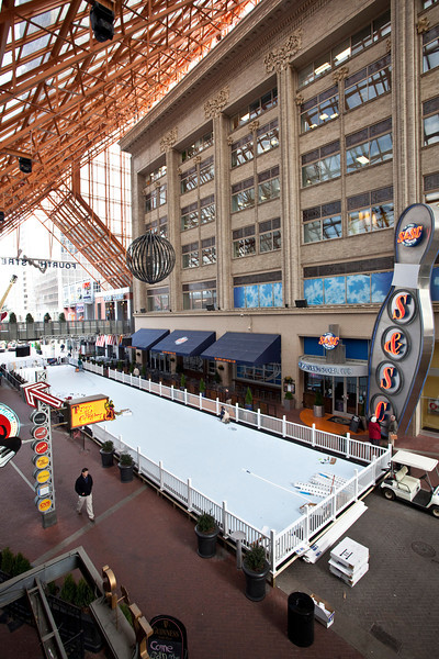 The Fourth Street Live skating rink boasts an enormous (152ft x 26ft) surface that is constructed of synthetic panels coated with liquid enhancer.