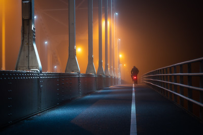 Fietser in de mist op de Wilhelminabrug Deventer