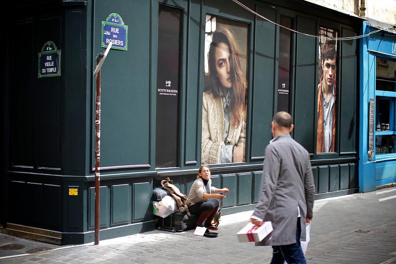 La mandiante de la rue des Rosiers, Le Marais, Paris, France (2011) © Copyrights Michel Botman Photography