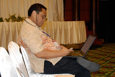 Al Alegre finding time to check SMS and work on his laptop at the Asia Commons - Asian Conference on the Digital Commons, June 6-8, 2006, Bangkok, Thailand.
