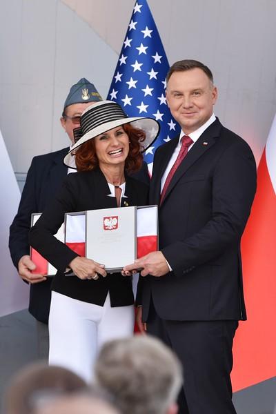 Dora Kościuk-Borkowski Teatr Wyobraźni Novum received Polish Flag from Polish President