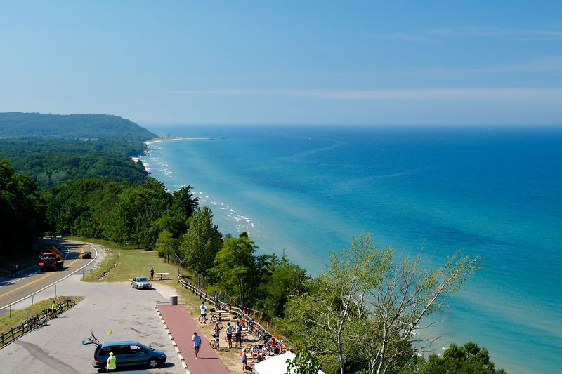 <font size=3>A beautiful view of Lake Michigan looking south from the scenic overlook on the top of Hill #2.  Fresh fruit and Gatoraide were provided under the white tent in the parking lot.</font>