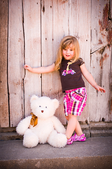 CoBear, Illinois, Kaydance Sneed, Love Hugs Laughter, Pike County, Pittsfield, barn wood, child photography, children kids portfolio, cobear, facebook, nebo, outdoor, teddy bear, wood wall