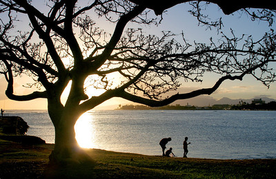 Sunset at Ala Moana State Recreation Area in Honolulu, Hawaii.