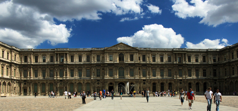 Just entering Louvre from Rue de Rivoli, yet another charming entrances to the grand Louvre