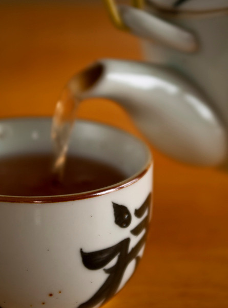 Pouring kukicha tea