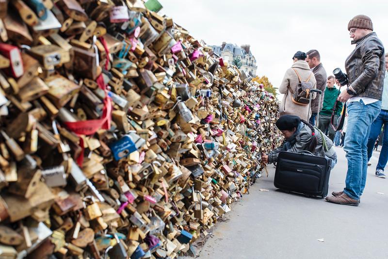 PARIS. LOVERS ATTACH A LOCK AT THE PONT DE L'ARCHEVECHE BRIDGE.