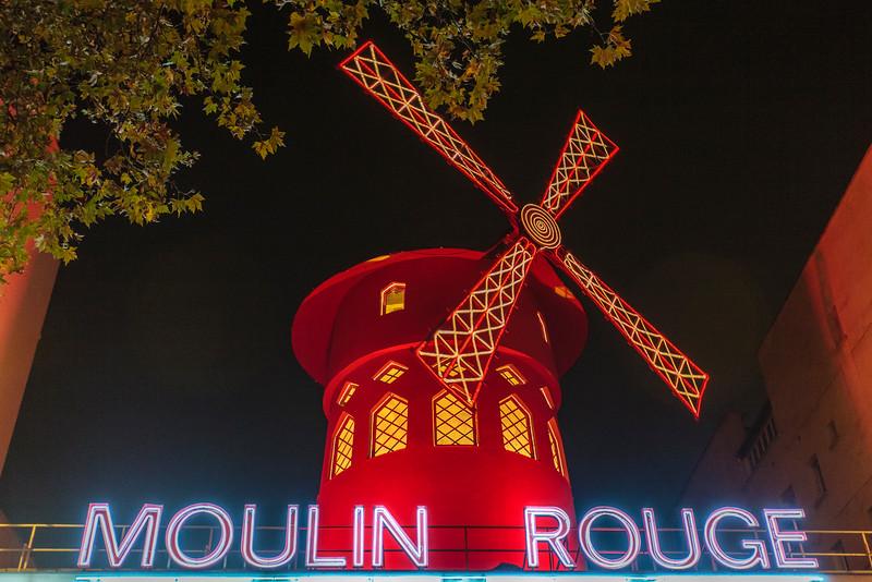 PARIS. MONTMARTRE. MOULIN ROUGE.