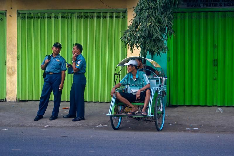 MALANG. STREET LIFE. POLICE MEN AND RIKSJA. JAVA. INDONESIA.