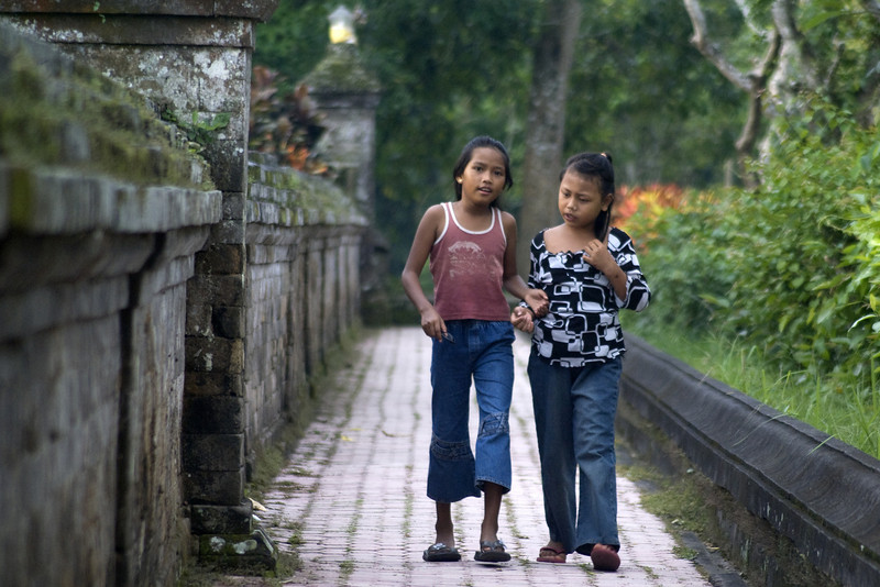 BALINESE GIRLS. TAMAN AYUN TEMPLE. MENGWI. BALI.