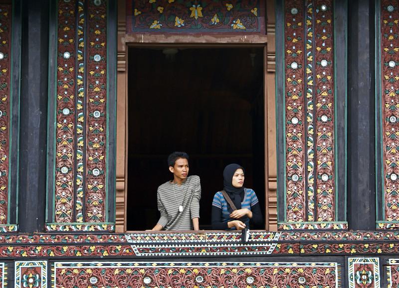 INDONESIAN PEOPLE WATCHING. TAMAN MINI INDAH INDONESIA. JAKARTA, JAVA. INDONESIA.