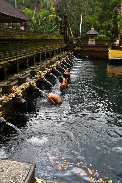 BALI. TIRTA EMPUL TEMPLE. BALINESE PEOPLE TAKE A PURIFYING BATH.
