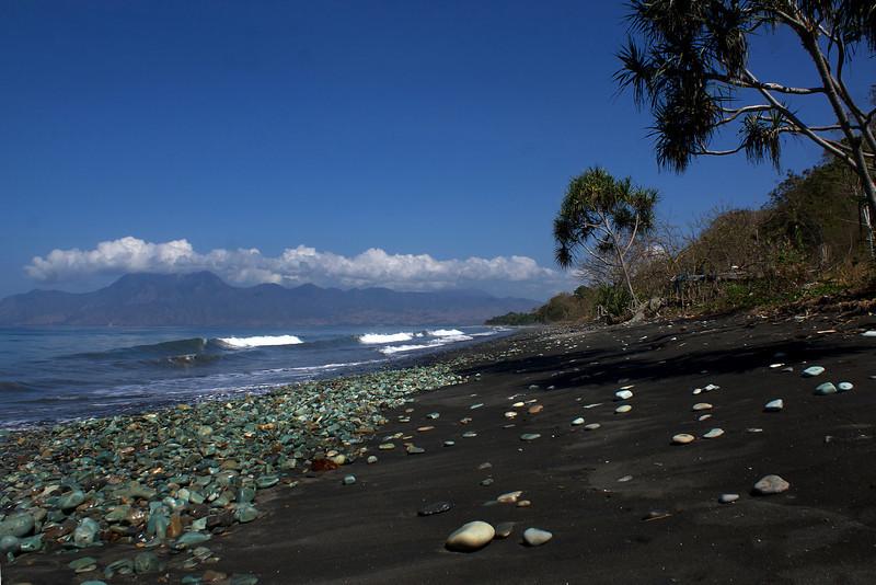 BEACH WITH GREEN STONES. ENDE. FLORES. NUSA TENGGARA.