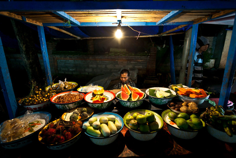 WARUNGS AT THE NIGHT MARKET. PASAR MALAM. GIANYAR. UBUD. BALI. INDONESIA.