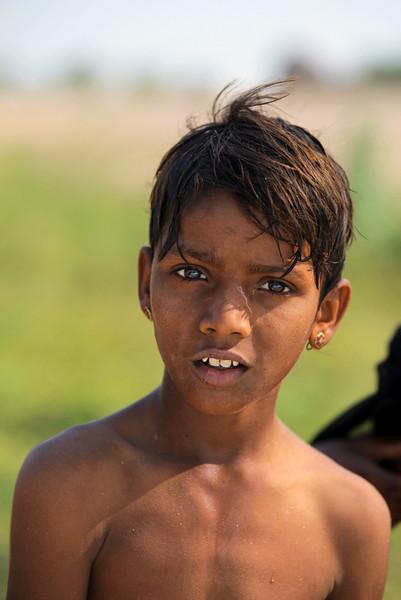 THAR DESERT. BETWEEN BIKANER AND JAISALMER. RAJASTHAN. A PORTRAIT OF A LITTLE INDIAN BOY.
