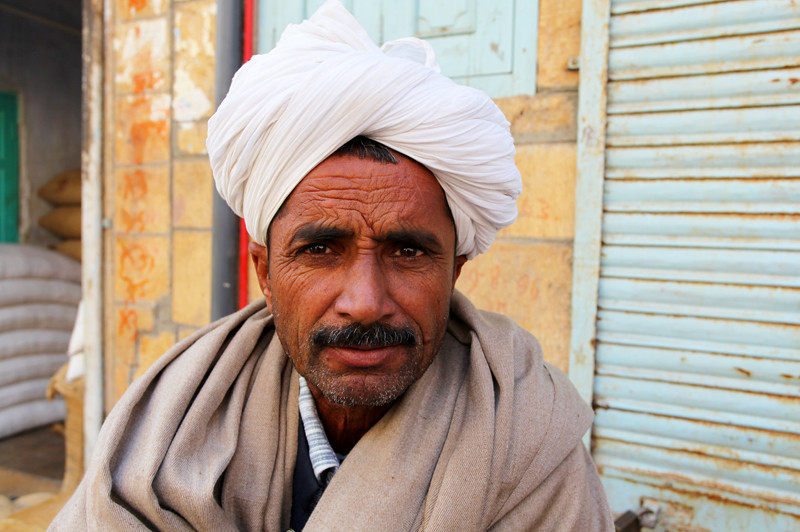 JAISALMER. RAJASTHAN. A PORTRAIT OF AN OLD MAN WITH A WHITE TURBAN.