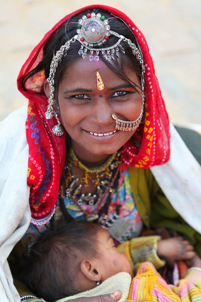 JAISALMER. RAJASTHAN. INDIAN GIRL WITH BABY.