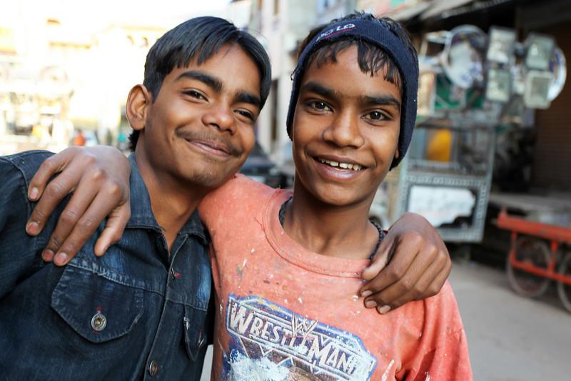 BUNDI. RAJASTHAN. TWO INDIAN TEENAGERS.
