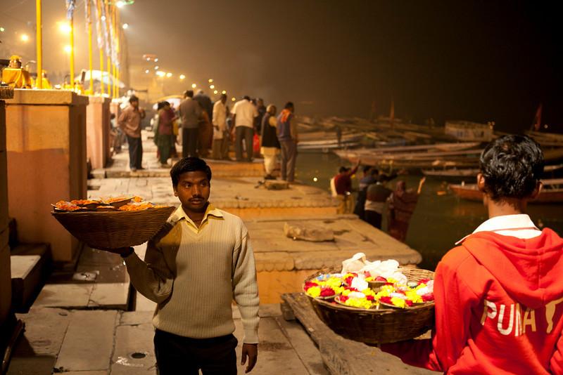 VARANASI. BENARES. MAA GANGA AARTI. JEALOUS FLOWER SELLERS AT THE GANGES RIVER. UTTAR PRADESH. INDIA.