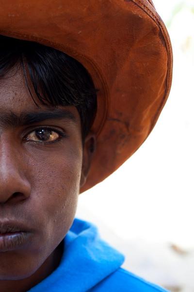 JAISALMER. RAJASTHAN. PORTRAIT OF AN INDIAN BOY WITH AN ORANGE HAT.