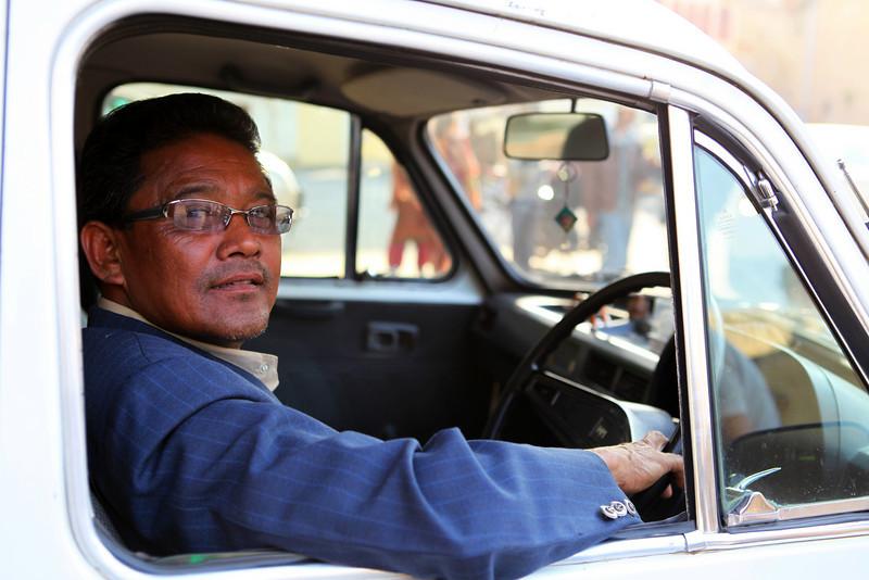 JAIPUR. RAJASTHAN. TAXI DRIVER IN AMBASSADOR.