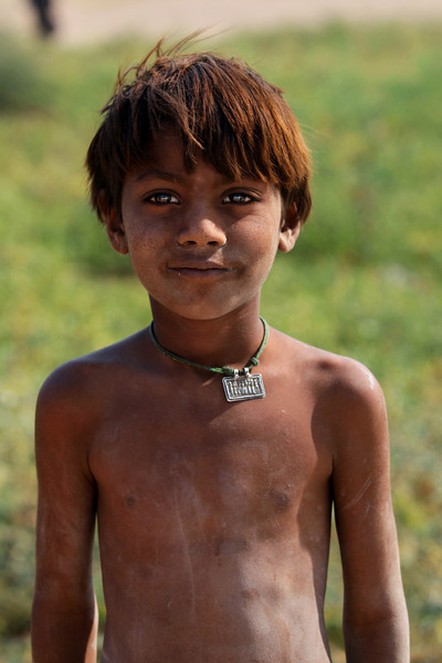 RAJASTHAN. THAR DESERT. LITTLE INDIAN BOY. BETWEEN BIKANER AND JAISALMER.