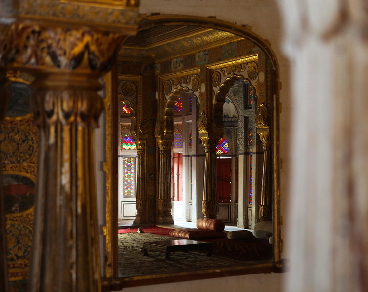 JODHPUR. RAJASTHAN. MEHERANGARH FORTRESS. COLOURFUL INTERIOR.