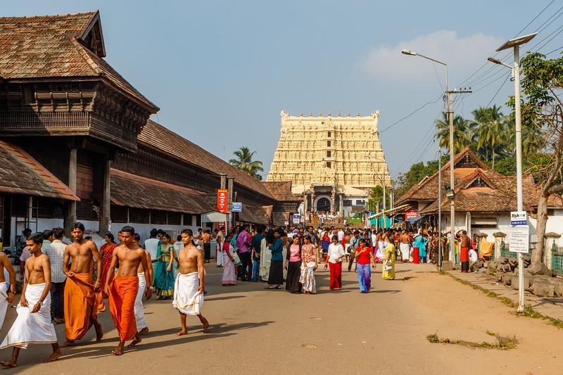 The approach road to the Sri Padmanabhaswamy Temple (Sree Padmanabhaswamy Temple), in Thiruvananthapuram (Trivandrium) in Kerala, South India, Asia