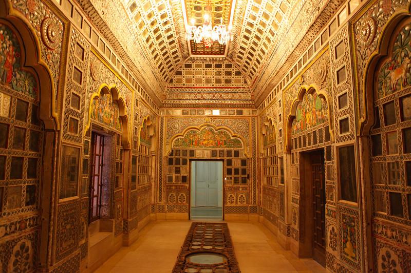 DECORATED ROOM. PALACE INSIDE THE MEHERANGARH FORTRESS. JODHPUR. RAJASTHAN. INDIA.