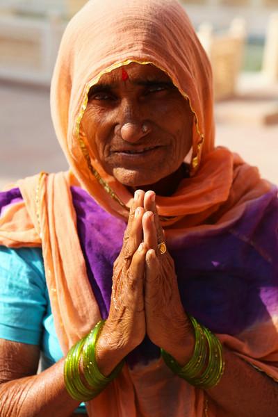BIKANER. RAJASTHAN. INDIAN LADY SAYS 'NAMASTE'.