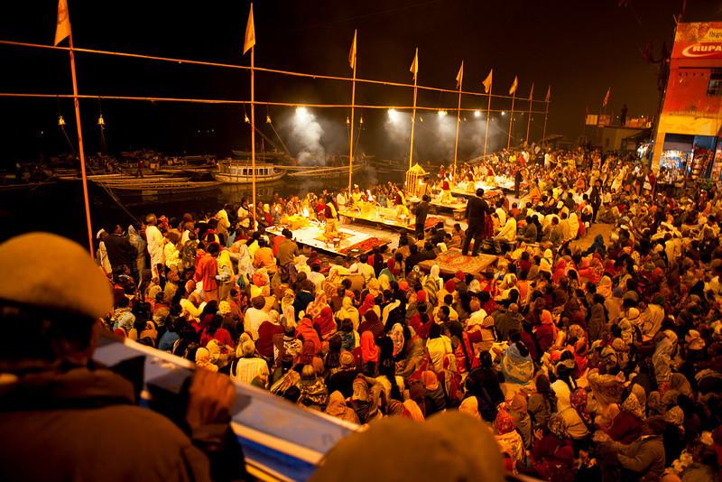 VARANASI. BENARES. CROWDS ATTENDING A  AARTI CEREMONY. UTTAR-PRADESH. INDIA.