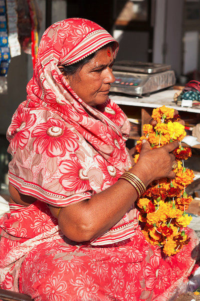 BIKANER. RAJASTHAN. MARKET. INDIAN WOMAN SELLING FLOWERS.