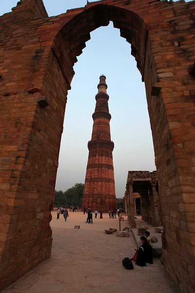 DELHI. QUTUB MINAR. MINARET SEEN THROUGH AN OLD ARCH OF THE MOSQUE.