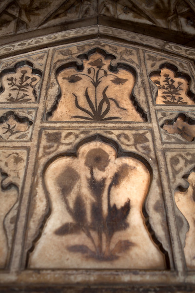 AGRA FORT. AGRA. UTTAR PRADESH. DECORATION WITH FLOWERS.