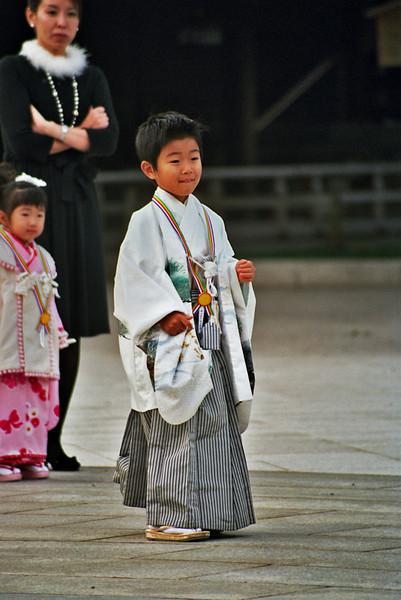 JAPANSE BOY. TEMPLE. TOKYO.