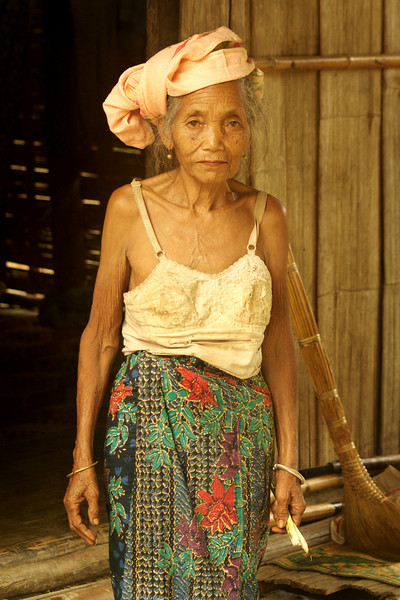 KHAMU VILLAGE. PORTRAIT OF AN OLD LADY. [2] LUANG PRABANG PROVINCE.
