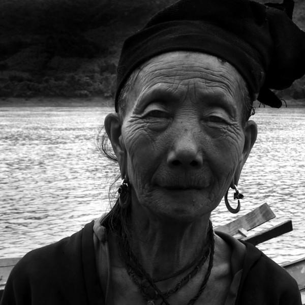SANOUK VILLAGE. H'MONG LADY ON THE BANKS OF THE MEKONG RIVER. LUANG PRABANG.