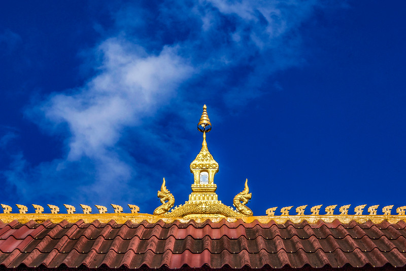 VIENTIANE. ROOF OF A BUDDHIST MONASTERY.