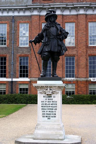 LONDON. KING WILLIAM III STATUE. KENSINGTON PALACE.