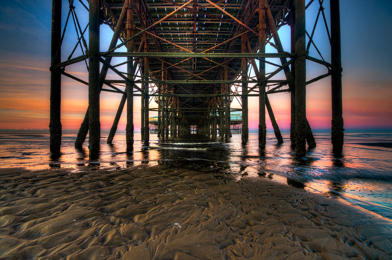 Due to unforseen circumstances I didn't manage to get out with the camera today, although I did manage a 5 mile run in the dark off road with a head torch and a lot of mud which was exhilerating! So here is one of the moon setting between the pillars of the North Pier in Blackpool. I'm not being as strict with this project365, where I am able to publish one new image a day and not nessessarily have taken it today...