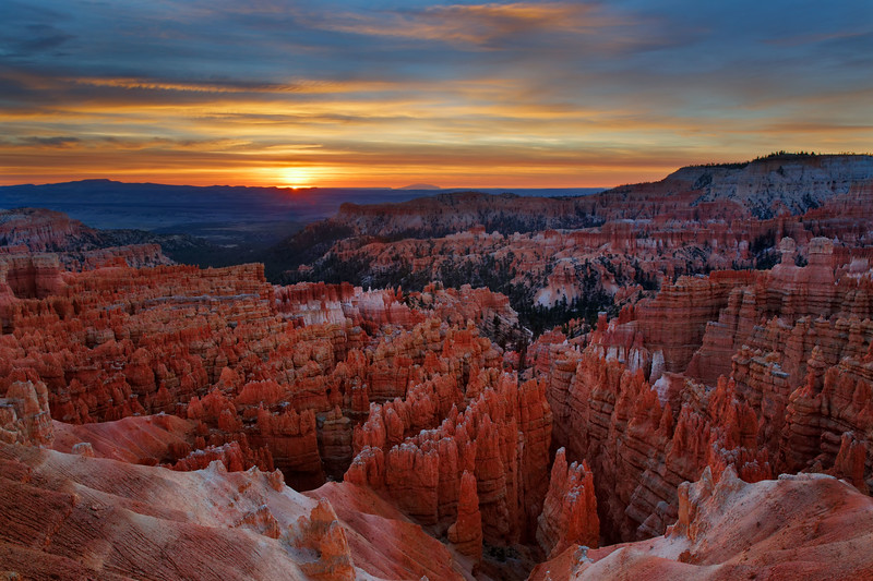 Sunrise over the main amphitheater hoodoos, Bryce Canyon National Park, Utah, USA.