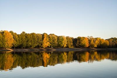 Kuhsee im Herbst mit blauem Himmel, Augsburg, Schwaben, Bayern, Deutschland