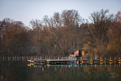 Steg und Wasserwachthaus am Wörthsee, Bayern, Deutschland