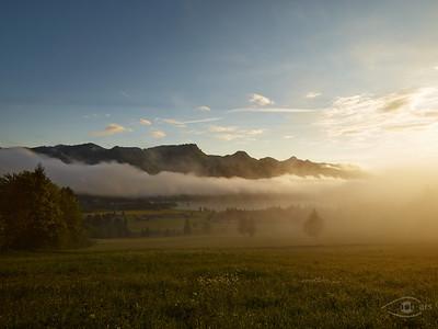 Nebel bei Sonnenaufgang am Walchsee, Österreich
