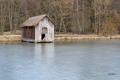 Hütte in einem Fischweiher, Burgwalden, Schwaben, Bayern, Deutschland