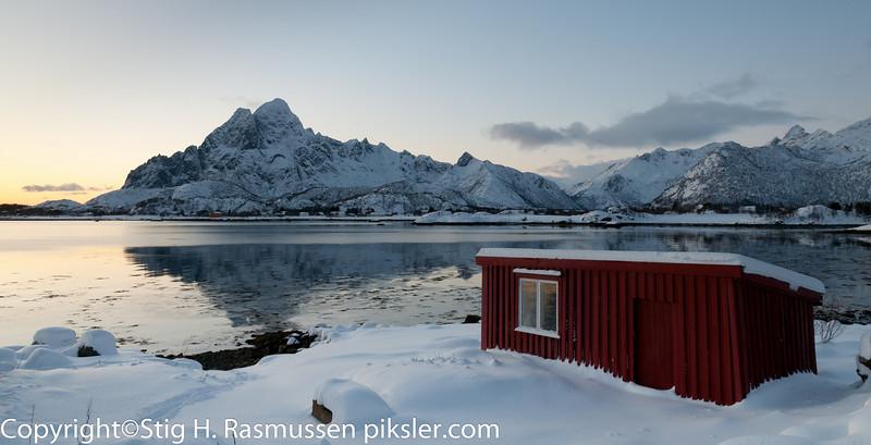 Boathouse Naust i Lofoten med Vågakallen i Bakgrunnen