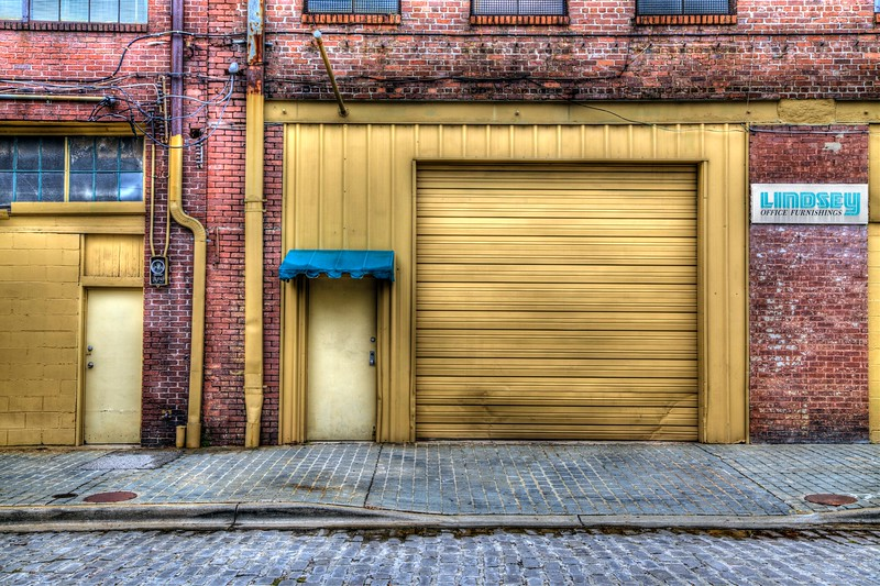 Garage in Yellow on morris ave!