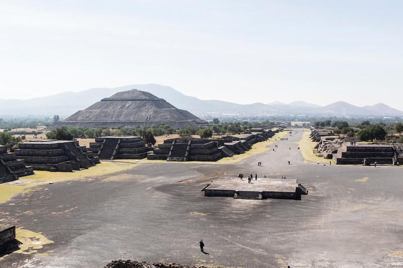 MEXICO. TEOTIHUACAN. PLAZA DE LA LUNA SQUARE AND THE PYRAMID OF THE SUN - PIRAMIDE DEL SOL.
