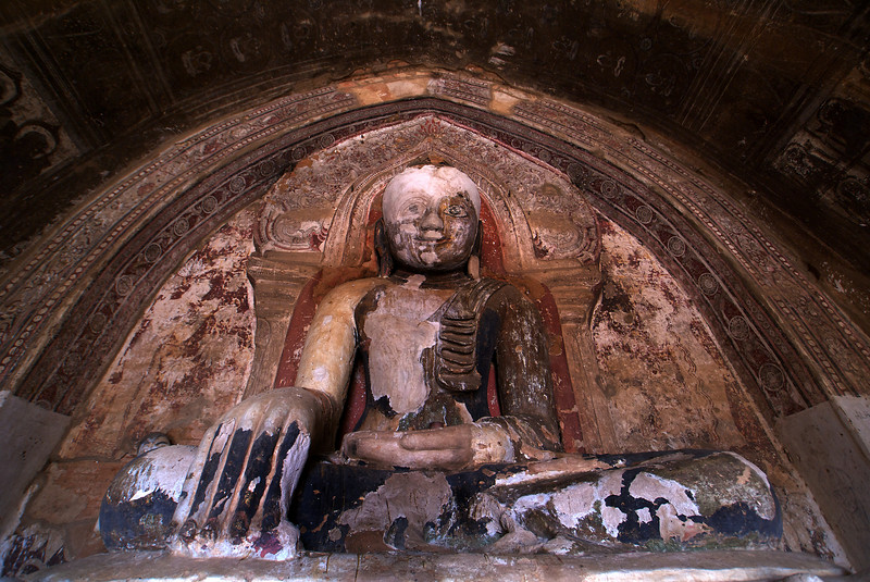 BAGAN. ARCHEOLOGICAL SITE. NYAUNG U. TETIGU TEMPLE. OLD BUDDHA STATUE.